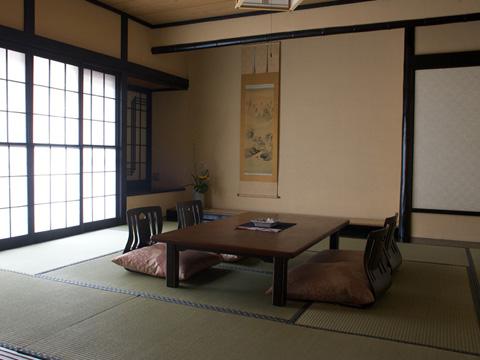 飛騨造りの落ち着いた雰囲気の客室