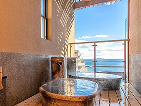水平線に浮かぶ大島の絶景を望む陶器の貸切露天風呂