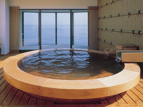 日本で唯一の横穴式温泉・走り湯のお湯をそのまま注ぐ屋上露天風呂