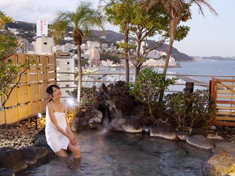 熱海の美しい街並みを眺める露天風呂