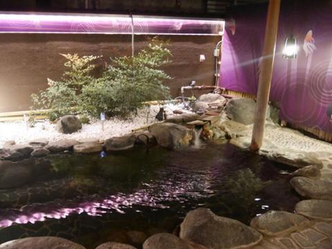 夜間は紫の照明でライトアップされる露天風呂